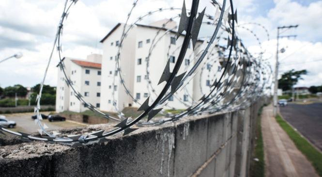 Quanto mais altos os muros e grades, mais proteção, certo?Errado! Desafios no mundo urbano. Raquel Rolnik