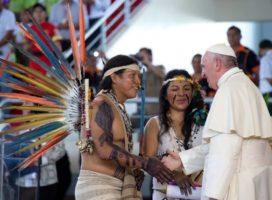 Papa aos jovens indígenas: preservem suas raízes